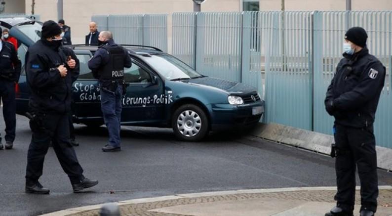 Almanya'da başbakanlık binasına otomobille saldırı girişimi