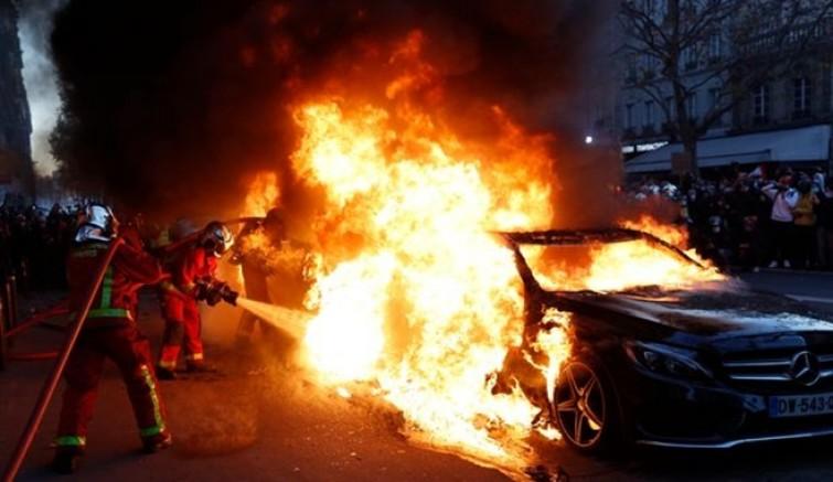 Paris'te gergin saatler, polisten eylemcilere biber gazlı müdahale
